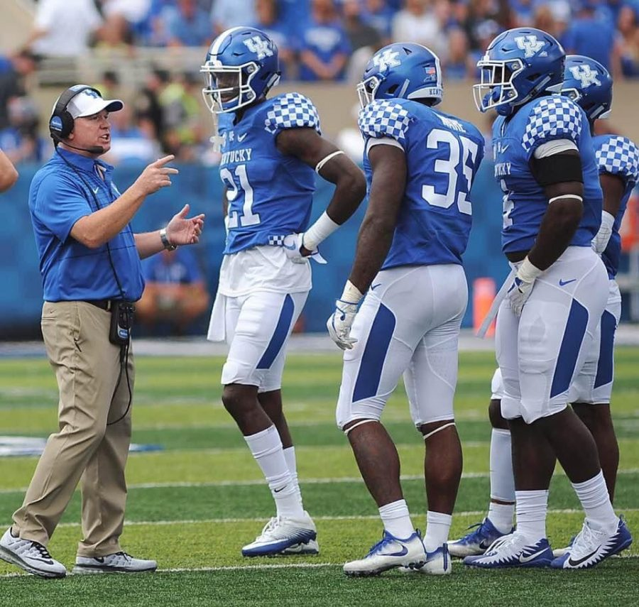Kentucky+coach+Mark+Stoops+discussed+strategy+with+his+defensive+unit+last+season+as+the+Wildcats+finished+9-4.+UK+opens+the+season+on+Saturday+at+Auburn.