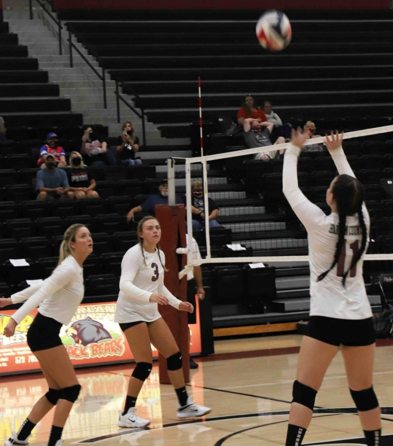 Harlan+County%E2%80%99s+Kateria+Lewis+set+the+ball+during+a+district+clash+against+Middlesboro+earlier+this+season.+The+Lady+Bears+avenged+their+earlier+loss+with+a+four-set+victory+Tuesday+at+Middlesboro.%0A