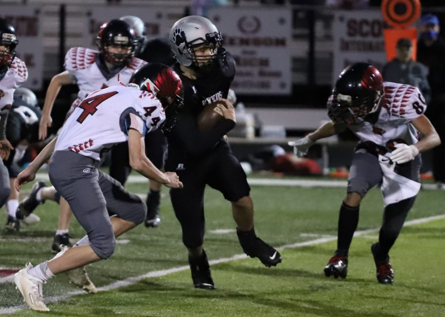 Harlan+County%27s+Luke+Kelly+sliced+between+two+South+Laurel+defenders+in+Thursday%27s+game.+Kelly+scored+a+touchdown+as+the+Bears+won+40-26.