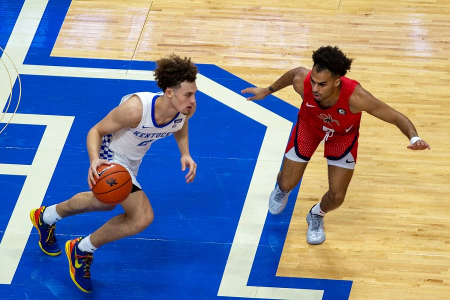 Kentucky freshman Devin Askew brought the ball up the floor against Richmond on Sunday.