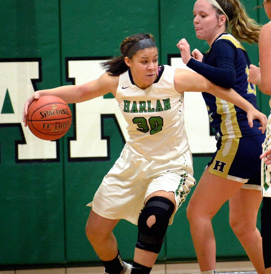 Harlan%27s+Kylie+Noe+worked+inside+during+Tuesday%27s+game+against+Hazard.+Noe+had+14+points+and+nine+rebounds+in+Harlan%27s+57-56+loss.