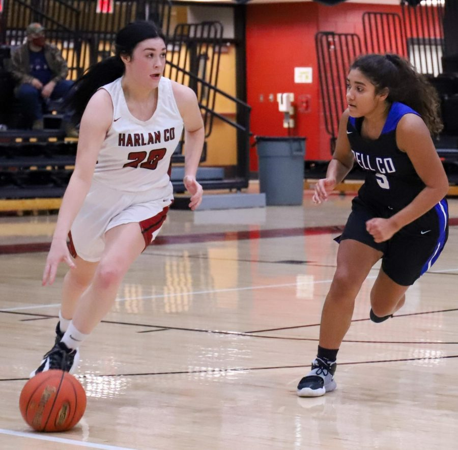 Harlan+County+junior+forward+Jaylin+Smith+raced+down+the+court+as+Bell+County%27s+Nadine+Johnson+defended.+The+visiting+Lady+Cats+rolled+to+a+72-42+win.