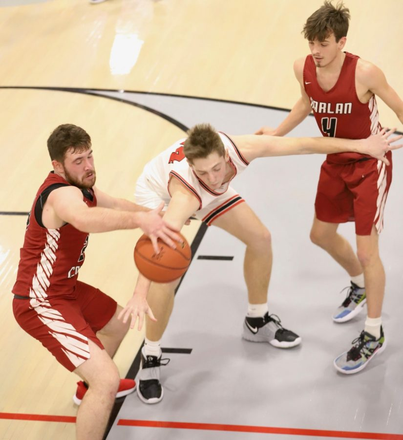 Harlan+County+senior+forward+Josh+Turner+battled+for+a+loose+ball+in+Tuesday%27s+game+at+South+Laurel.+Turner+had+a+game-high+12+rebounds+in+Harlan+County%27s+53-45+win.