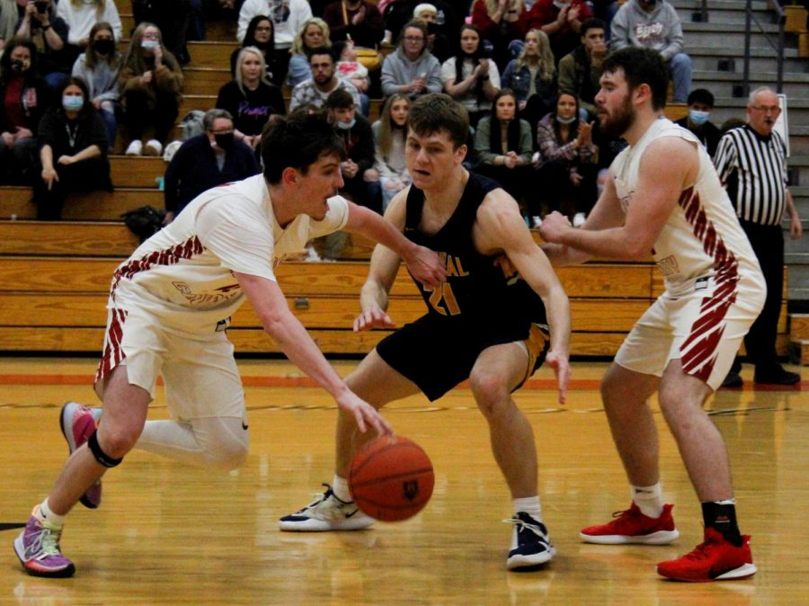 Harlan+County+senior+guard+Tyler+Cole+worked+against+Knox+Central%27s+Isaac+Mills+on+Monday+in+the+Food+City%2FWYMT+Mountain+Classic.+Cole+scored+20+points+in+the+Bears%27+74-70+loss.