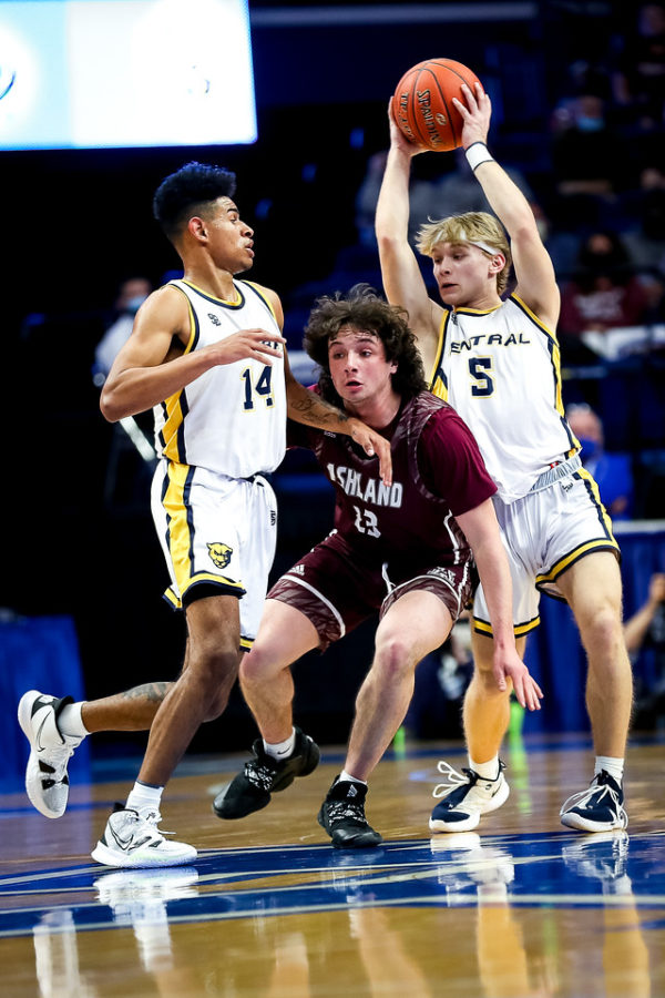 Knox Central guard Abe Brock tried to get the ball to Jevonte Turner in state tournament action Thursday.