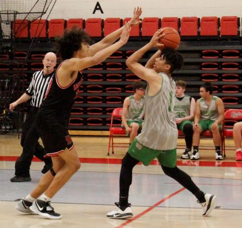 Harlan guard Kyler McLendon worked around a South Laurel defender in scrimmage action Monday. Harlan split two scrimmages Tuesday, downing Perry Central 68-64 and falling 75-68 to Knox Central. Harlan defeated Knox Central 44-39 in junior varsity action and fell 60-34 to Perry Central.