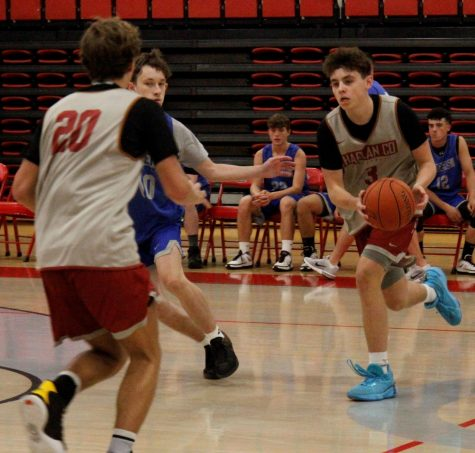 Harlan County guard Maddox Huff handed the ball off to his brother, Jackson, before he hit a 3-pointer against Barbourville on Monday. The Huffs teamed for 39 points in a 68-40 victory.